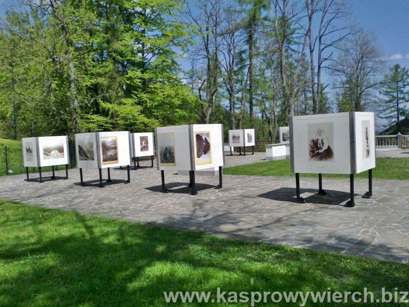 Wystawa fotograficzna w parku Zamoyskiego w Kuźnicach