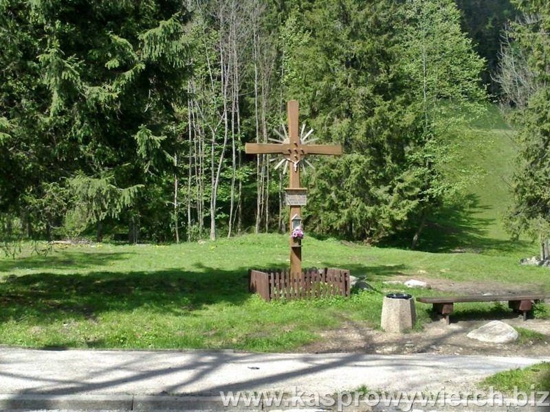 Krzyż upamiętniający 20 Polaków rozstrzelanych tutaj w maju 1944 przez hitlerowców