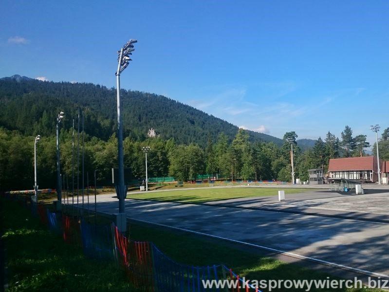 Obiekty sportowe COS - stadion, boiska, korty, tor rolkowy (w zimie lodowisko), trasy nartorolkowe i ścieżki biegowe